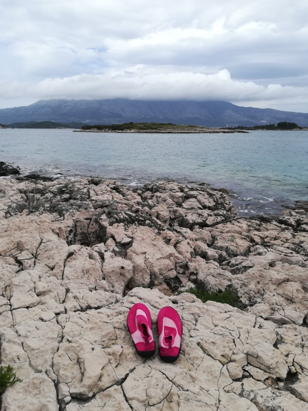 sapato praia pedras